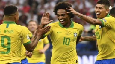 Jogadores da seleção comemorando o gol de Willian na Copa América
