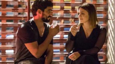 """Dalila e Jamil bebem juntos em """"Órfãos da Terra"""""""