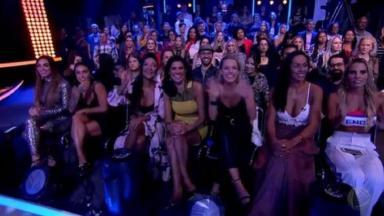 """Mulheres do """"Power Couple"""" sentadas na plateia do """"Dancing Brasil"""""""