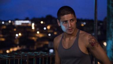 Daniel Rocha posa para foto encarnando Popó na série Os Irmãos Freitas