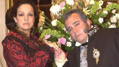 """Betty Lago e André Matos caracterizados como rei e rainha em """"O Quinto dos Infernos"""""""