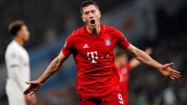 Jogador comemora gol