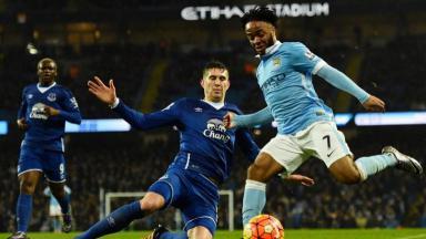 Jogadores do Manchester City e do Everton dividem bola durante partida