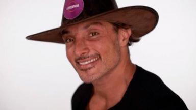 Juliano Ceglia posado com o chapéu de fazendeiro
