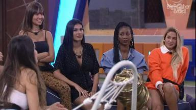 Pocah e Camilla de Lucas olhando para Juliette na área externa do BBB21
