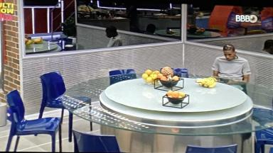Lucas Penteado jantando na cozinha do BBB21