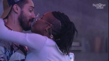 Karol Conká tentando beijar Arcrebiano no BBB21