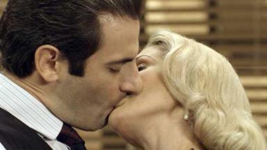 Cena de Êta Mundo Bom com Araújo beijando Sandra