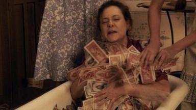 Cena de Êta Mundo Bom com Cunegundes numa banheira de dinheiro