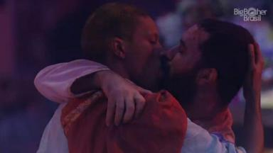Lucas e Gilberto se beijando durante festa no BBB21