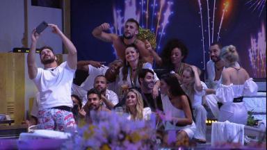 Participantes tirando selfie durante festa na área externa do BBB21