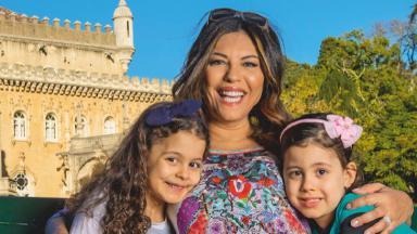 Márcia posa para foto com suas duas filhas.
