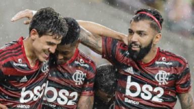 Jogadores do Flamengo comemoram gol