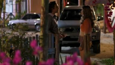 Cena de Flor do Caribe com Alberto e Ester conversando