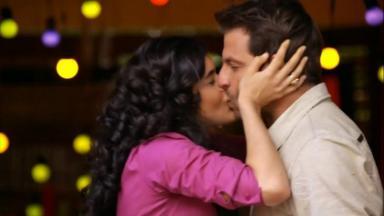 Cena de Flor do Caribe com Cristal beijando Cassiano
