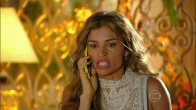 Cena de Flor do Caribe com Ester irada no telefone