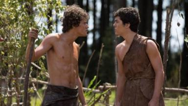 Cena de Gênesis com Caim e Abel se encarando