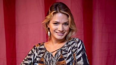 Glamour Garcia sorrindo para foto