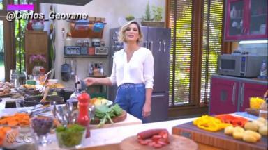 Flávia Alessandra, numa cozinha, como que cozinhando.