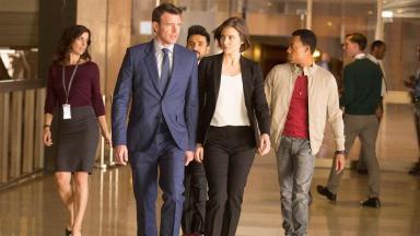 Elenco do Jogo dos Espiões caminhando, em cena da série Globoplay