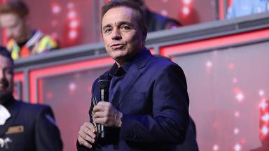 Gugu Liberato segura o microfone em gravação do Canta Comigo, da Record