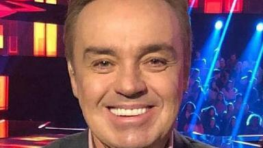 Gugu Liberato posa para foto sorrindo