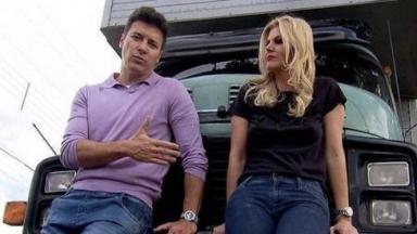 Rodrigo Faro e Val Marchiori encostados em um caminhão