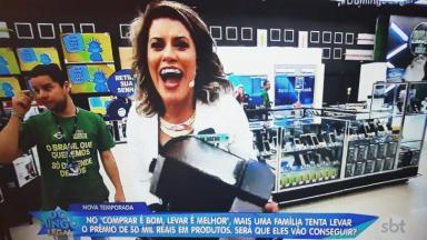 Funcionário com a camisa pró-Bolsonaro