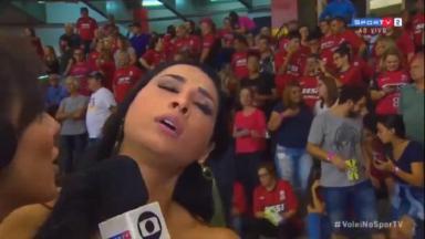 Jogadora Jaqueline desmaiando enquanto é entrevistada