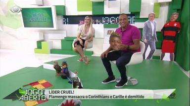 Denilson segura um boneco de Jorge Henrique e Renata Fan sentada ri no Jogo Aberto.
