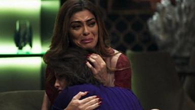 Maria da Paz chora e abraça Josiane em A Dona do Pedaço