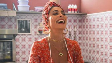 Juliana Paes, como Maria da Paz, aos risos em cena de A Dona do Pedaço