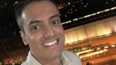 Leo Dias posa para selfie.