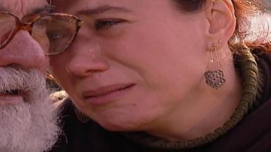 Cena de Laços de Família com Ingrid encostada com a cabeça em Aléssio, que morreu
