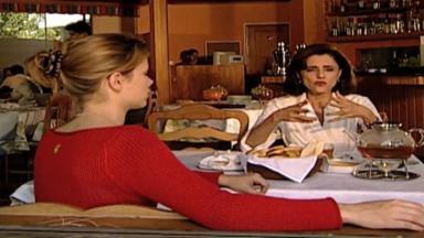 Cena de Laços de Família com Alma e Camila conversando