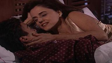 Cena de Laços de Família com Alma e Danilo na cama