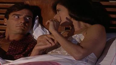 Cena de Laços de Família com Alma deitada na cama ao lado de Danilo