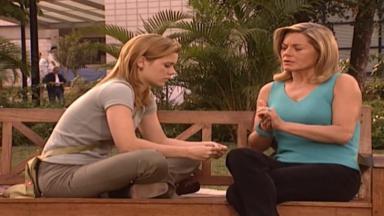 Cena de Laços de Família com Camila e Helena conversando sentadas num banco