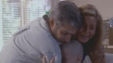 Cena de Laços de Família com Helena e Pedro chorando e abraçando Camila