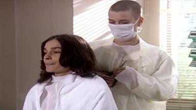 Cena de Laços de Família com Camila cortando o cabelo de uma paciente