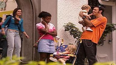Cena de Laços de Família com Maurinho com o filho no colo e Capitu chocada