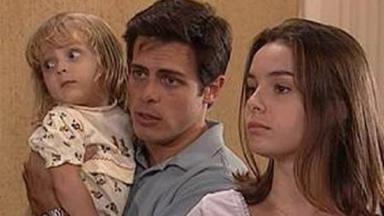 Cena de Laços de Família com Clara brava, enquanto Fred está com a filha nos braços