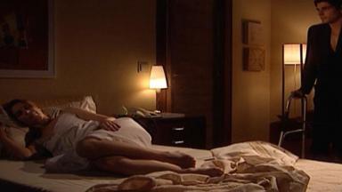 Cena de Laços de Família com Edu olhando Camila dormir