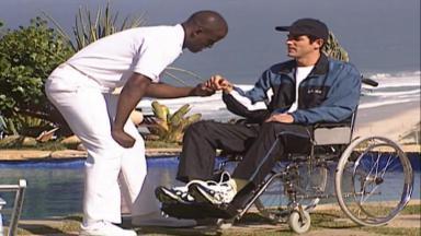 Cena de Laços de Família com Edu na cadeira de rodas fazendo fisioterapia