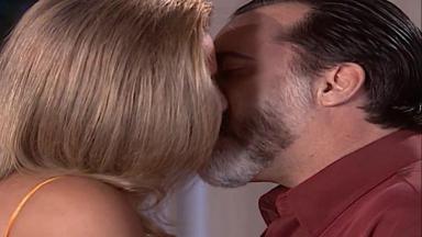 Cena de Laços de Família com Helena e Miguel se beijando