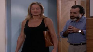 Cena de Laços de Família com Helena e Miguel caminhando