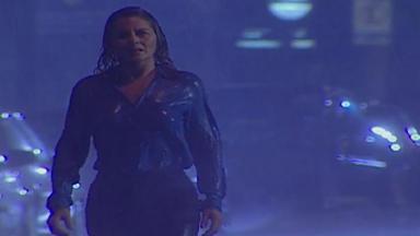 Cena de Laços de Família com Helena chorando na chuva