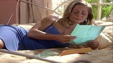 Cena de Laços de Família com Helena deitada na cama lendo uma carta