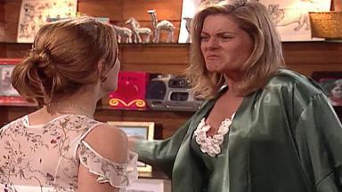 Cena de Laços de Família com Helena indo dar um tapa em Camila