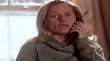 Cena de Laços de Família com Helena no telefone